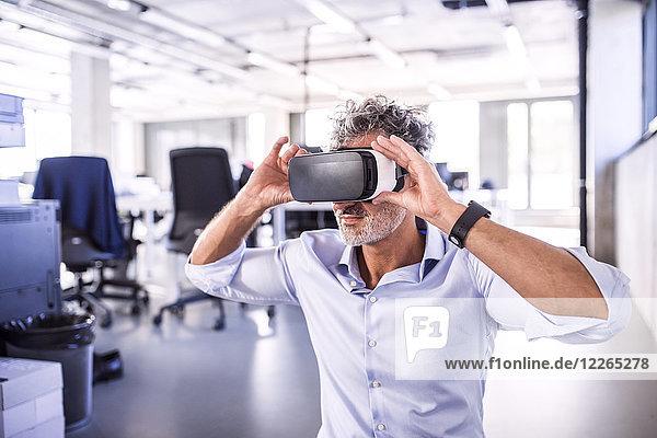 Reifer Geschäftsmann mit VR-Brille im Büro