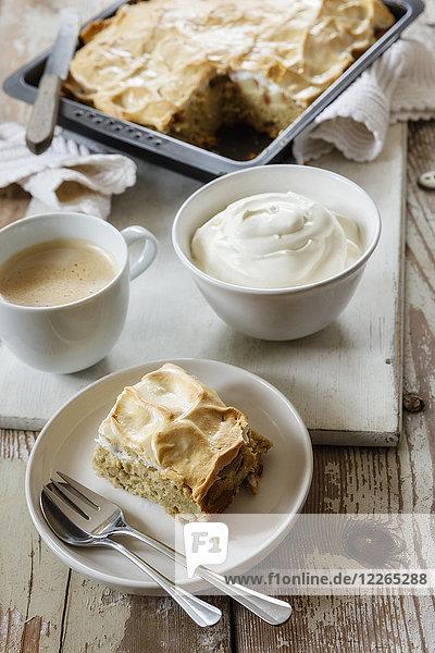 Rhabarber-Baiser-Torte mit Buchweizen und Sahne