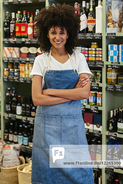 Porträt einer lächelnden Frau in einem Geschäft