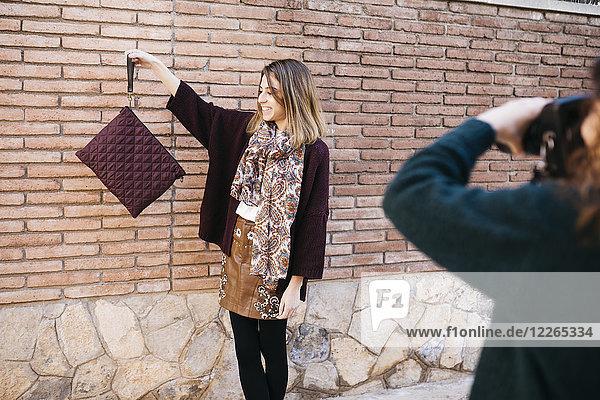 Modedesigner bei einem Fotoshooting ihrer neuen Produkte
