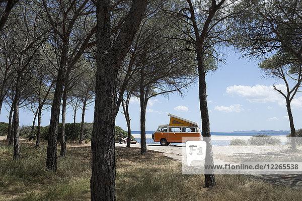 Italien  Sardinien  Posada  Mann im Urlaub mit einem alten Lieferwagen