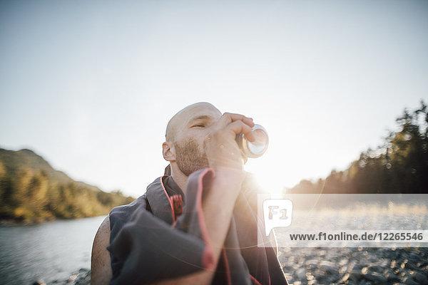 Kanada  British Columbia  Chilliwack  Mann trinkt aus der Dose am Fraser River