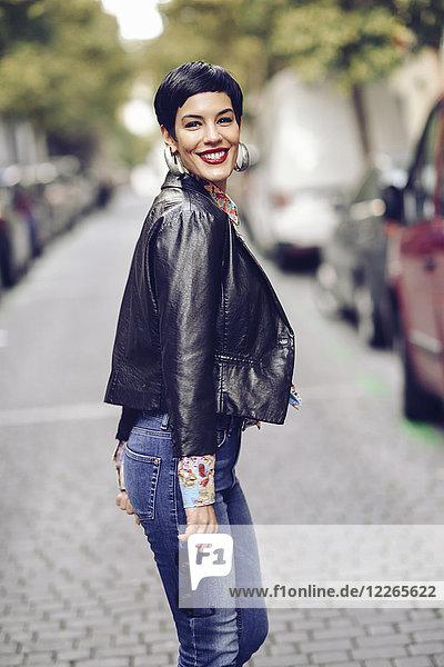 Porträt einer modischen jungen Frau in Jeans und Lederjacke