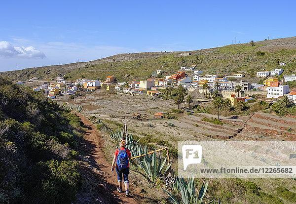 Spanien  Kanarische Inseln  La Gomera  Valle Gran Rey  Arure  Rückansicht der wandernden reifen Frau