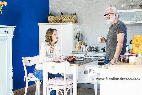 Glückliches reifes Paar in der Küche zu Hause