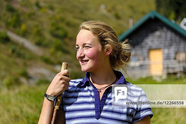 Deutschland  Bayern  Porträt einer lächelnden jungen Frau in den Bergen