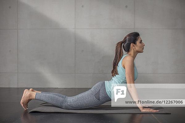 Junge Frau beim Yoga im Studio