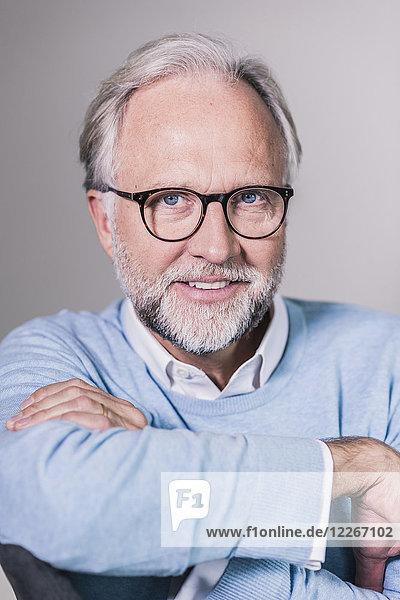 Porträt eines reifen Mannes mit grauen Haaren und Bart mit Brille