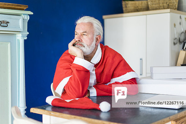 Bärtiger  reifer Mann im Weihnachtsmann-Kostüm  der aussieht wie der Weihnachtsmann
