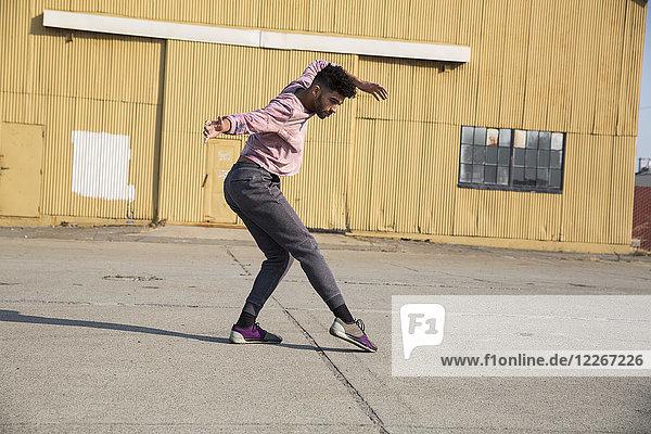 Stilvoller junger Mann beim Tanzen im Freien