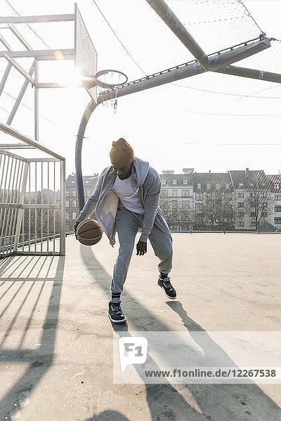 Basketballspieler in Aktion auf dem Platz