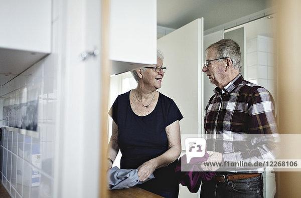 Spiegelbild eines pensionierten Seniorenpaares  das zu Hause im Bad arbeitet.