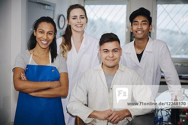 Porträt selbstbewusster junger multiethnischer Ingenieurstudenten im Chemielabor der Hochschule