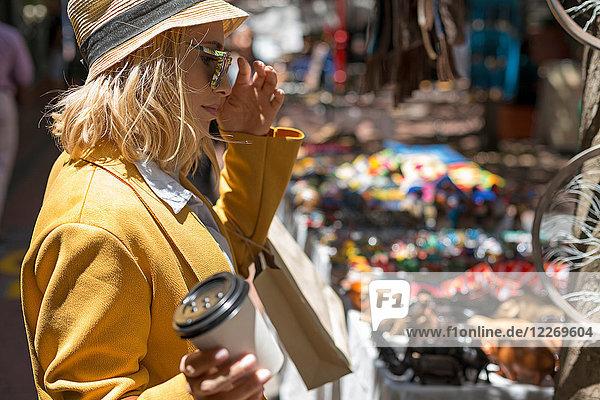 Frau am Marktstand im Freien  Kapstadt  Südafrika Frau am Marktstand im Freien, Kapstadt, Südafrika