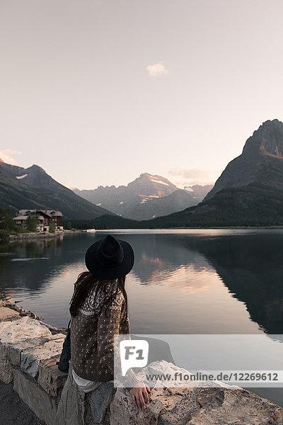 Frau mit Blick auf den Swiftcurrent Lake  Glacier National Park  Montana  USA