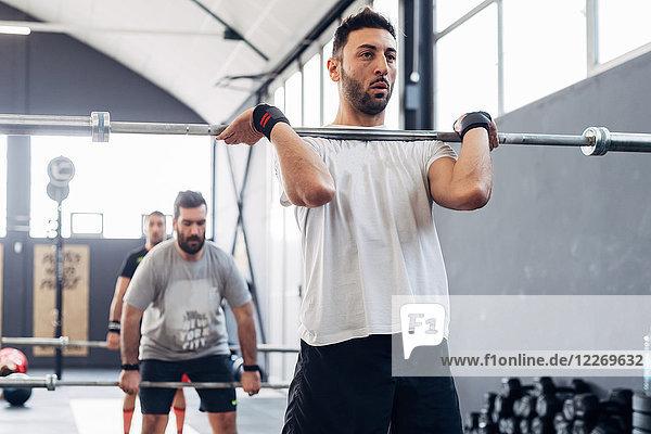 Gewichtheben mit Langhantel im Fitnessstudio