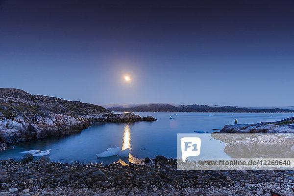Spiegelung des Mondes im Meer  Narsaq  Vestgronland  Grönland
