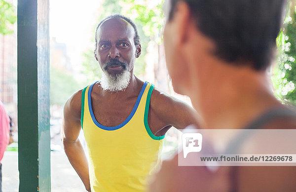 Zwei reife Männer  draußen  im Gespräch