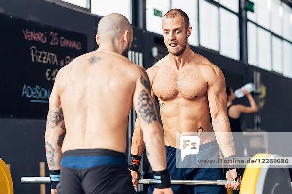 Gewichtheben von Männern mit Langhantel im Fitnessstudio