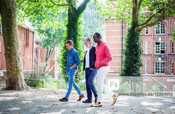 Drei reife Männer gehen auf der Straße