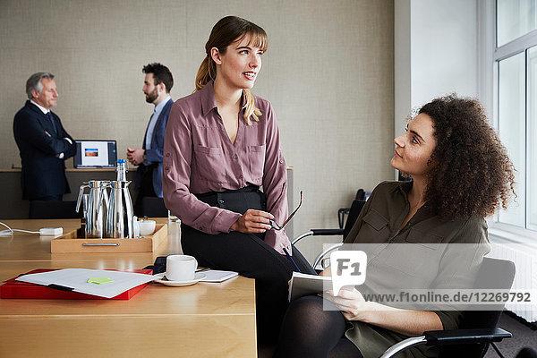 Kollegen im Büro beim Chatten