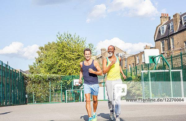 Zwei reife Männer  im Freien  joggen
