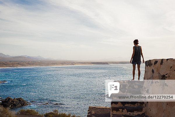 Frau mit Blick aufs Meer  Corralejo  Fuerteventura  Kanarische Inseln