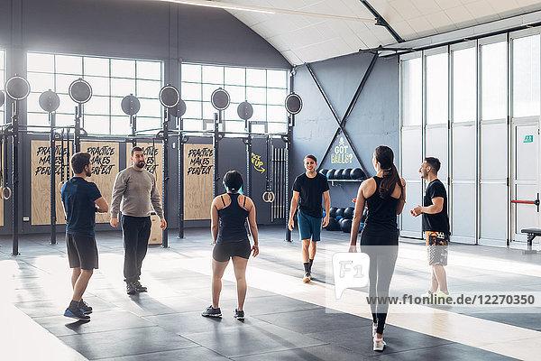Gruppe von Personen  die im Fitnessstudio trainieren