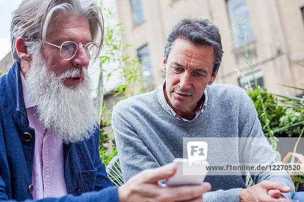 Freunde lesen Textnachrichten im Freien  London  UK