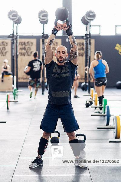 Gewichtheben mit Kesselglocke im Fitnessstudio