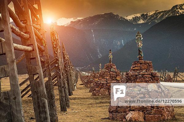 Religiöse Strukturen  Berge im Hintergrund  Landkreis Shangri-La  Yunnan  China