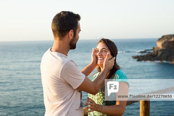 Lachendes Ehepaar am Meer  Corralejo  Fuerteventura  Kanarische Inseln
