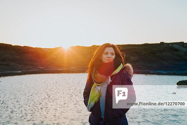 Frau am Meer bei Sonnenuntergang,  Liscannor,  Clare,  Irland