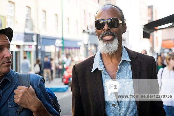 Freunde auf der Straße  London  UK
