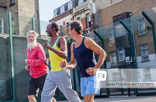 Drei reife Männer  im Freien  joggen