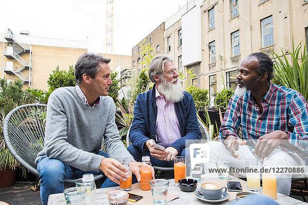 Freunde unterhalten sich bei Drinks im Freien  London  UK