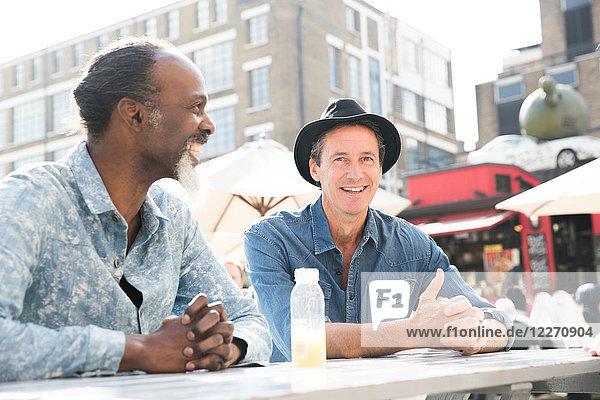 Freunde unterhalten sich auf dem Lebensmittelmarkt  London  UK