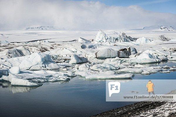 Photographer in Jökulsárlón Glacier Lagoon  Breidamerkurjökull Glacier (region of Austurland  Iceland).