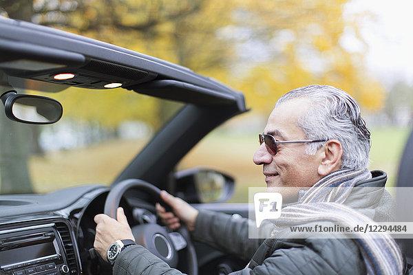 Senior Mann fährt Cabrio