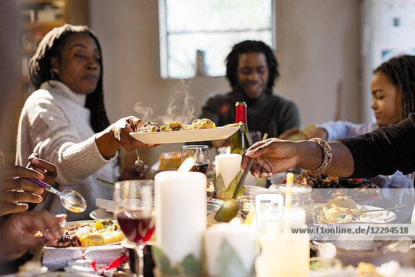 Frau übergibt Essen beim Weihnachtsessen