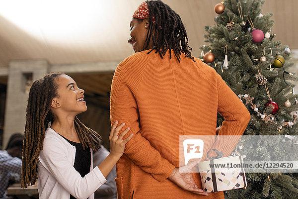 Mutter versteckt Weihnachtsgeschenk von neugieriger Tochter