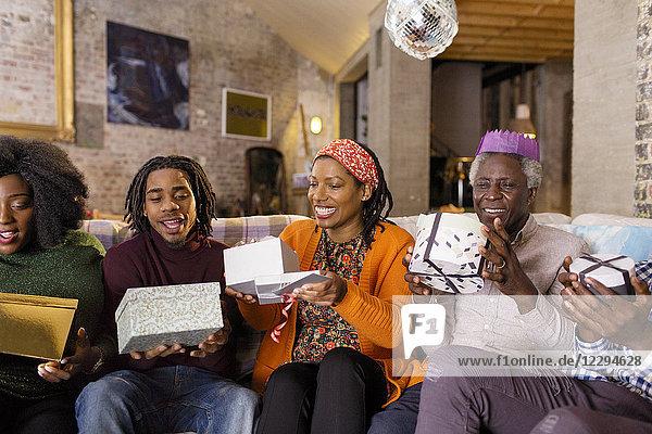 Mehrgenerationen-Familie eröffnet Weihnachtsgeschenke