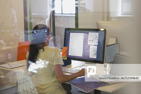 Designerin mit Computer im Büro