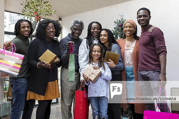 Portrait lächelnde Mehrgenerationen-Familie mit Weihnachtsgeschenken