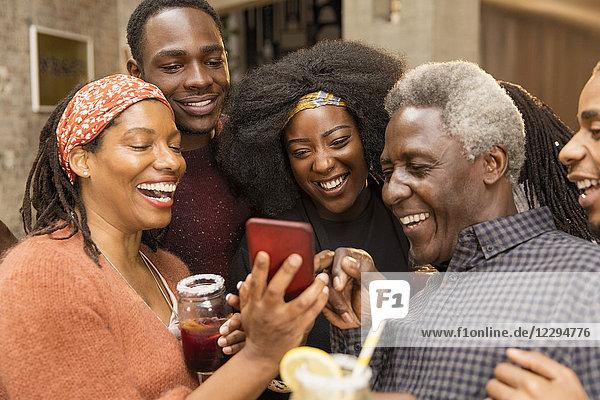 Glückliche Mehrgenerationen-Familie mit Smartphone