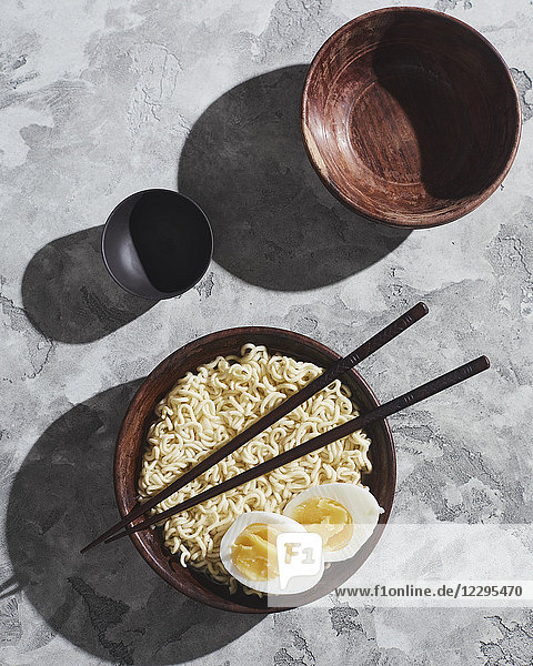 Direkt über Schuss Nudeln und Ei in Schüssel mit Stäbchen serviert