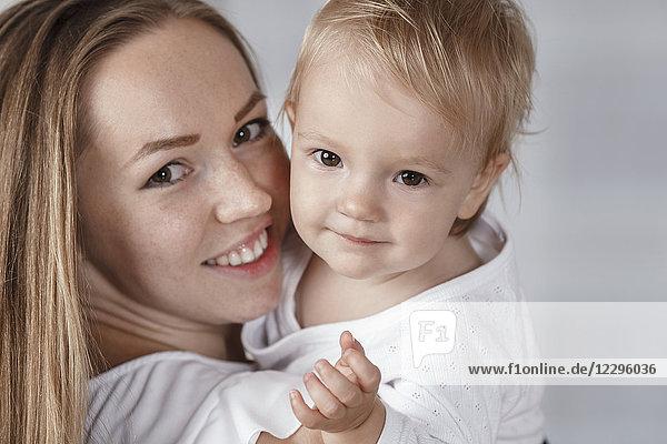 Nahaufnahme der glücklichen Mutter und Tochter zu Hause