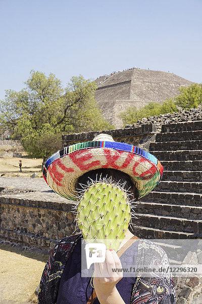 Frau mit Sombrero und Kaktusfeige  Sonnenpyramide  Mexiko