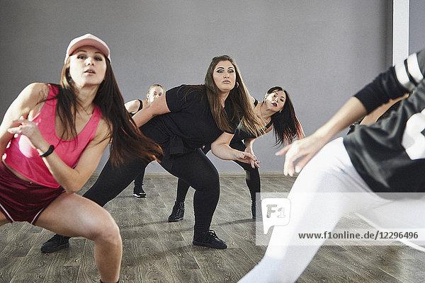Selbstbewusste junge Frauen beim Üben im Tanzstudio