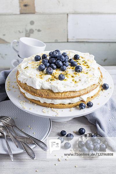 Maracuja-Blaubeer-Torte mit Sahne